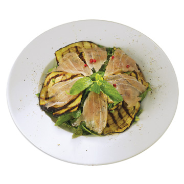 Green salad with marinated tuna and grilled eggplant